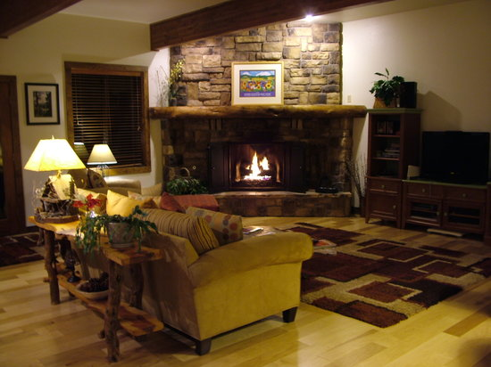 Blue Spruce Bed and Breakfast: Great room w/fireplace