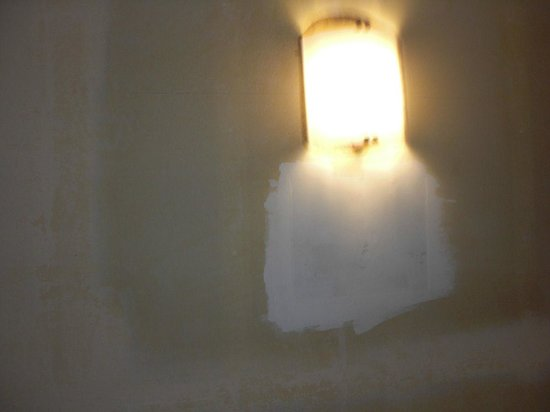 Holiday Inn Express Portland Downtown: Wall sconce on half painted walls on arrival