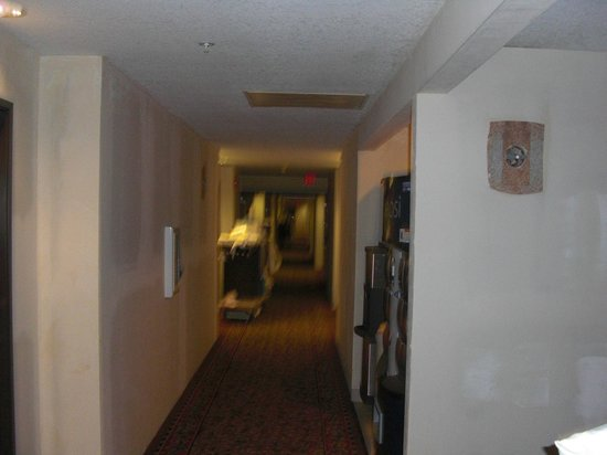 Holiday Inn Express Portland Downtown: 7pm at night, housekeepers still cleaning.