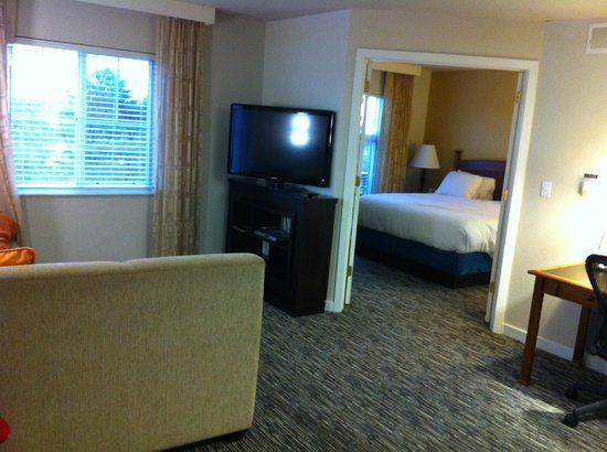 HYATT house Philadelphia/Plymouth Meeting: Living room through to bedroom