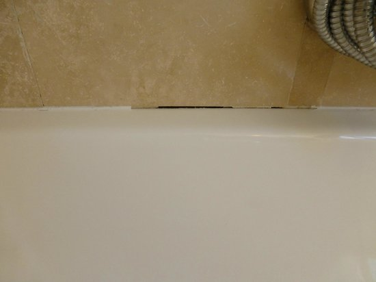 Ocean Eleven Guesthouse: Missing caulk by tub