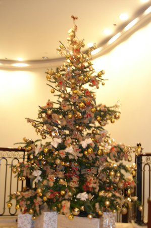 Chancery Court Hotel, London: The beautifully decorated Christmas tree in the lobby.