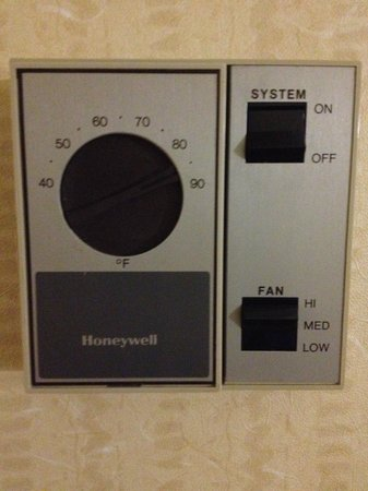 Embassy Suites Phoenix Airport at 24th Street: Thermostat - Vintage!