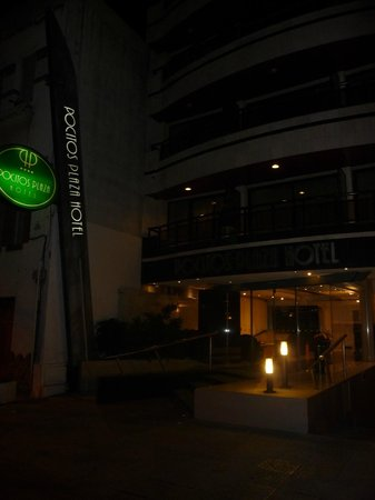Pocitos Plaza Hotel: fachada del hotel cuando saliamos