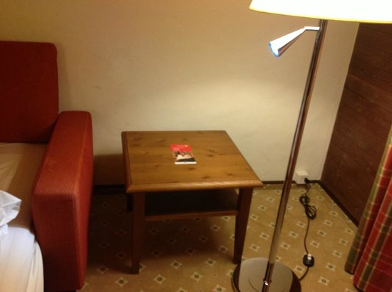 Steigenberger Gstaad-Saanen: Closest lamp to the sofa