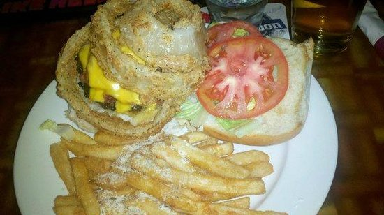 Kemah, Teksas: Medusa Burger with Parmesan fries(yes that is an onion ring on top