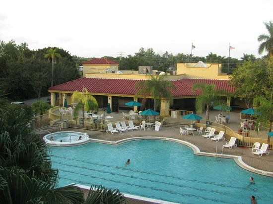 La Quinta Inn & Suites Ft. Myers - Sanibel Gateway: View of the lovely heated pool from 3rd floor balcony