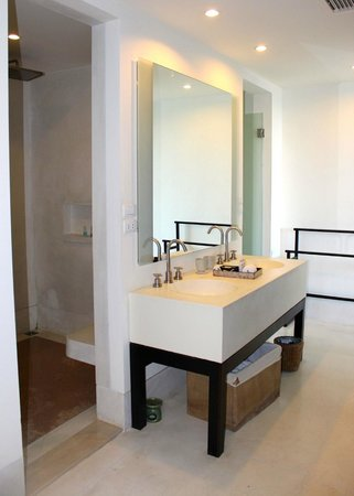 Yaiya Hua Hin: Seaview room bathroom with huge shower (no tub)