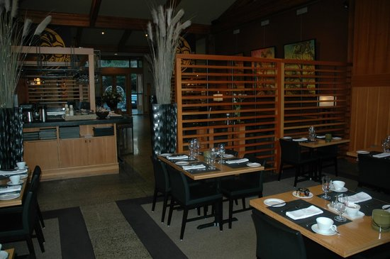 Brentwood Bay Resort & Spa: View from Seagrille Restaurant into the lobby