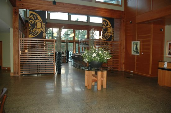 Brentwood Bay Resort & Spa: From the lobby into the restaurant - superb West Coast decor