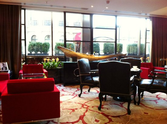 Four Seasons Hotel London at Park Lane: one of the bar areas off the lobby