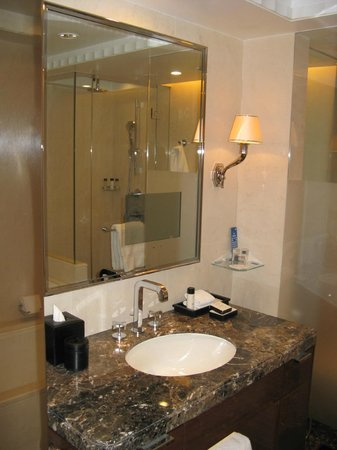 Four Seasons Hotel London at Park Lane: bathroom in the Deluxe King room