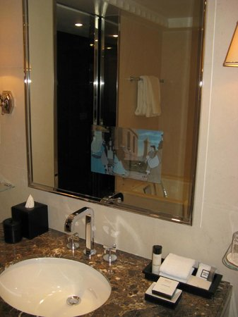 Four Seasons Hotel London at Park Lane: TV in the mirror in the Deluxe King bathroom