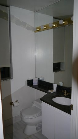 Marmara Manhattan Hotel: 2nd Bathroom