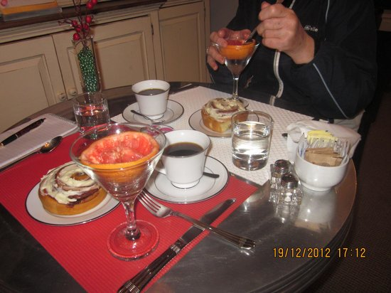 Barclay House Bed and Breakfast: Our first breakfast!