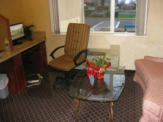 Howard Johnson Inn & Suites Vancouver/By Vancouver Mall: This is the lobby area