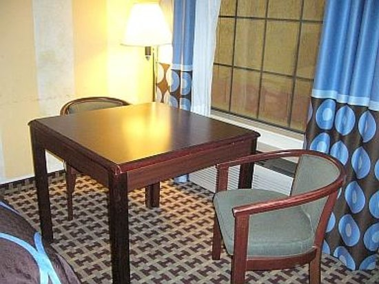 Super 8 Houston/NASA/Webster Area: Table & chairs