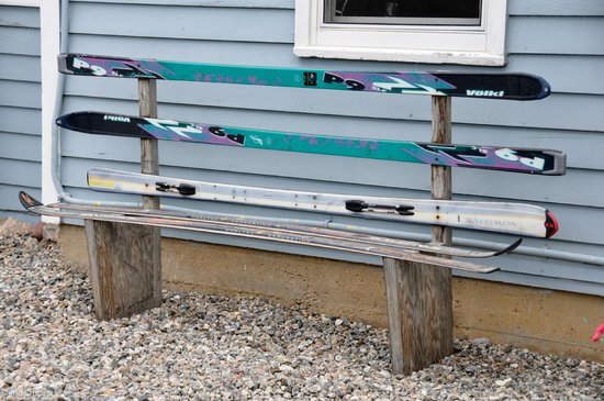 Fireside Inn: Ski bench
