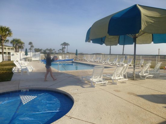 Days Inn & Suites Oceanside Hotel: Pool area behind hotel