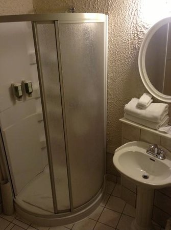 Hotel Ambrose: clean bathroom