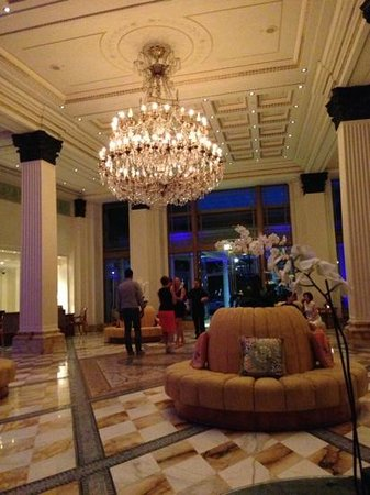 Palazzo Versace: Grand piano tunes filled the magnificent foyer adorned with glimmering chandelier