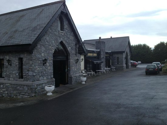 Ennis, Irland: atmospheric hotel exterior