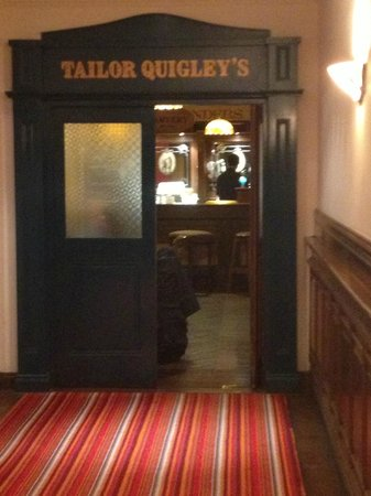 Auburn Lodge Hotel & Leisure Centre: the tailor quigly bar, carvery food lovely