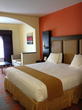 Holiday Inn Express & Suites: Spacious room, comfy bed