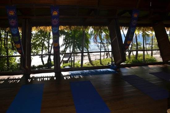 Ylang Ylang Beach Resort: Yoga Studio! Sometimes the waves make it hard to hear Ireni!
