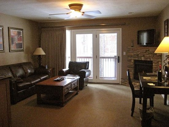 The Deerfield Lodge At Heavenly: Suite Livingroom with fireplace, fridge, microwave and snacks