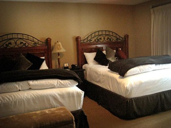 The Deerfield Lodge At Heavenly: Bedroom with two queen feather beds