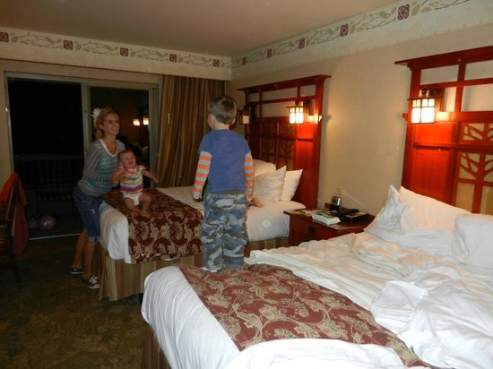 Disney's Grand Californian Hotel: Two Queen beds. Room too small for 5 people