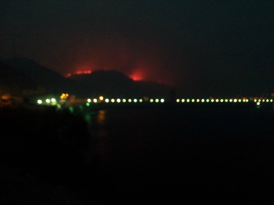 Coulee Dam, วอชิงตัน: Wildfire threatening the town of Grand Coulee with the dam in the foreground