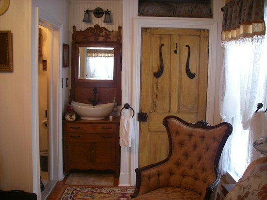 A. C. Stickley Bed and Breakfast: Sink outside bathroom in the Solomon Bell Room