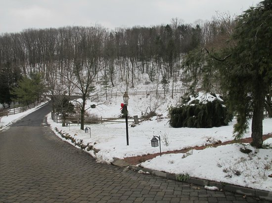 Glasbern Inn: View toward Entrance