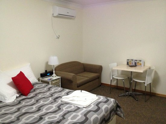 Karuah Motor Inn: Clean modern room with functional amenities