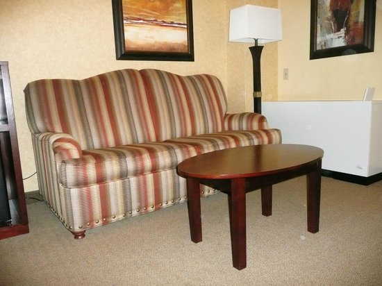 Crowne Plaza Denver International Airport: Sitting area in the King bedded room.