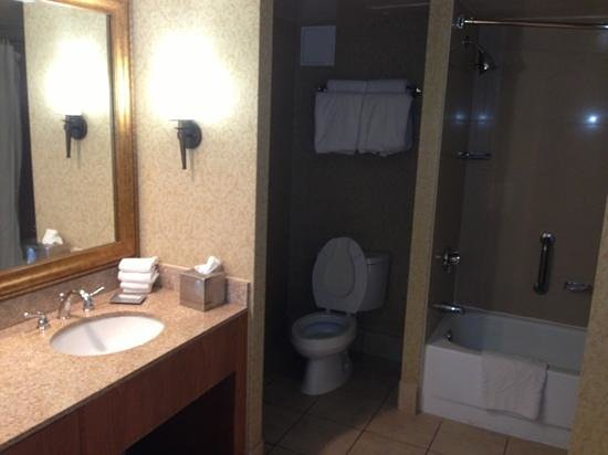 Hilton Phoenix Suites: bathroom