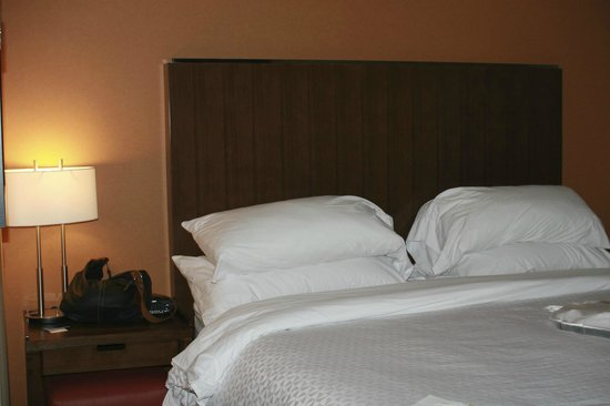 Four Points by Sheraton Edmonton Gateway: Bed