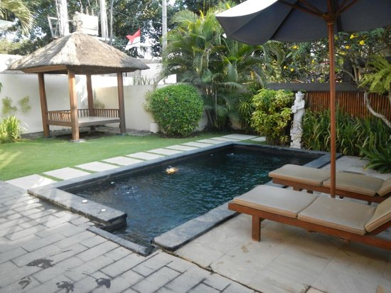 Bali Baliku Luxury Villa: pool/garden, entrance to construction site was behind left wall, road was on right wall.