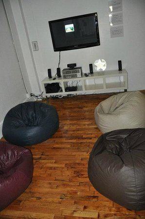 Urban Oasis Hostel & Guest House: One of the TV areas at - Urban Oasis NYC