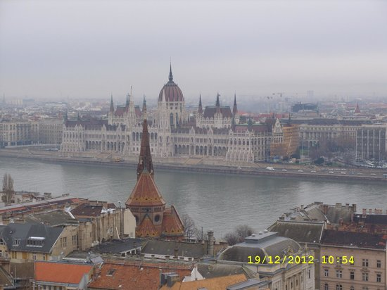 Promenade City Hotel: looking over the river danube into pest from the top of fishermans wharf
