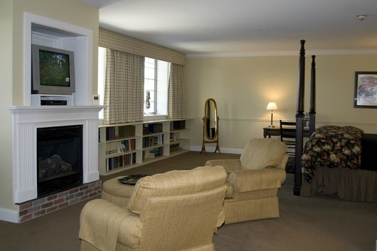 Lake Opechee Inn & Spa: Raymond Suite, Room 104