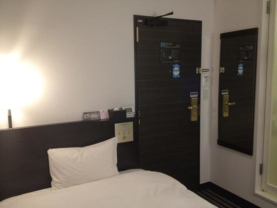 Apa Hotel Kandaeki-Higashi: Bed and full length mirror