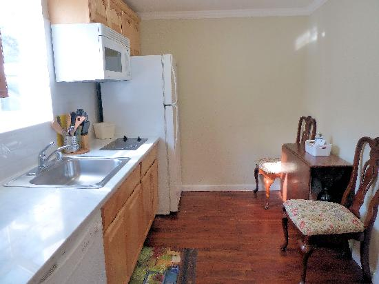 Americas Best Value Inn & Suites - Royal Carriage: Private Cottage kitchen