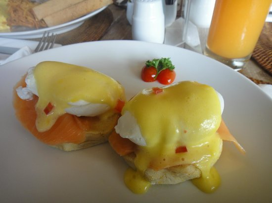 The Dipan Resort Petitenget: Set Breakfast, Salmon egg benedict