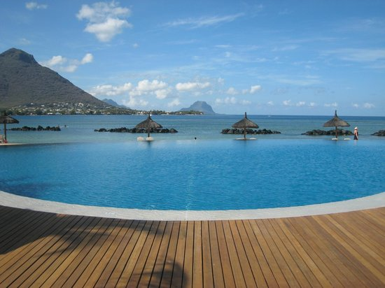 Sands Resort &amp; Spa: piscine avec vue sur le Morne