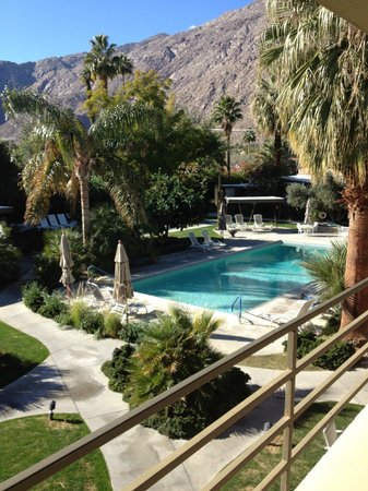 The Chase Hotel of Palm Springs: View of Inner Courtyard from our balcony