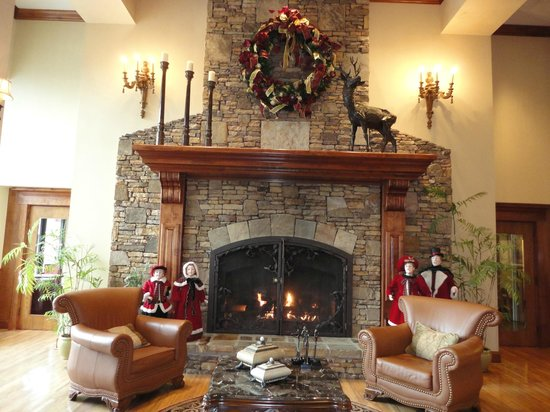 Music Road Inn: Lobby Fire Place