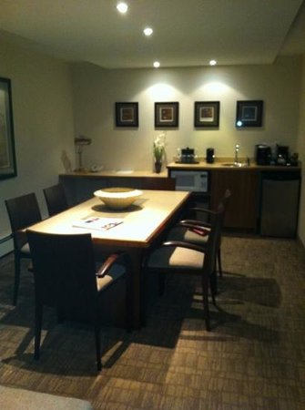 International Hotel Suites Calgary: dinning room area
